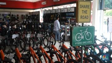 calon pembeli melihat sepeda yang dijual di toko sepeda di kawasan tangerang selatan senin 1522021 cnbc indonesiaandrean krist 169
